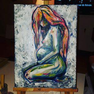 Konst, gravid sitter på knä ,ed långt böljande hår